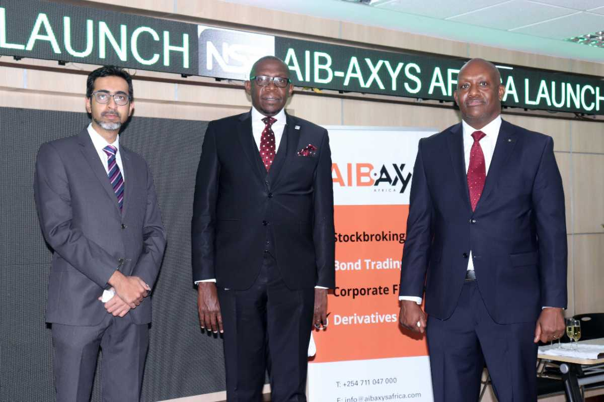 l'équipe d'AIB-AXYS Africa au Kenya pendant le lancement au Nairobi Securities Exchange - Mahmood M Hussein, General Manager d'AIB-AXYS Africa ; Geoffrey Odundo, CEO du Nairobi Securities Exchange et ; Paul Mwai, CEO d'AIB-AXYS Africa. - DR