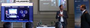 Joël L'Etourdi, marketing & digital manager et Vinesh Eranah, retail & trading manager présentant le dernier né de Huawei.