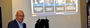 Ronny Preger,directeur des ventes pour l'Afrique subsaharienne  de Motorola Solutions, présentant un kit mobile parfaitement adapté aux interventions d'urgence en toute autonomie. (J.Rombi)